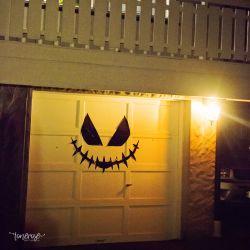 { DIY Halloween-dekor på garasjedørene }