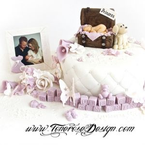 Dåpskake til søte Emine - modelert lille prinsessa etter nyfødtfoto, liggende i herlig gammel koffertkiste