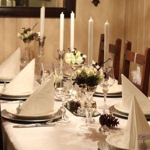 Dekket bord i hvitt, med innslag av kongler, diamanter og snø…