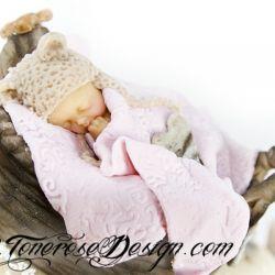 Modelert kaketopper - marsipanbaby sovende i kurv, med nusselig lue {Sniktitt Dåpskake}