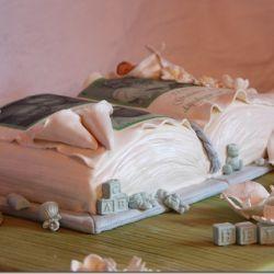 Dåpskake – Bok med bilder, blomster og dåpsbarnet sovende i en calla