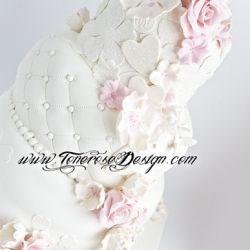Vinterlig Bryllupskake - med blondemønster, blomster, duer og kongler {Bildedryss}