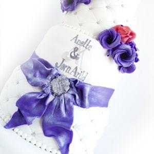 5 etg Bryllupskake med Roser og Lisianthus { Sterk Rosa og Lilla }