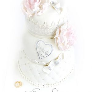 Bryllupskake med lyserosa pioner og blonder