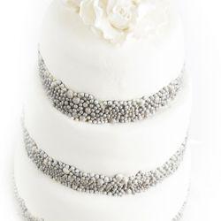3 etg bryllupskake med perlebånd