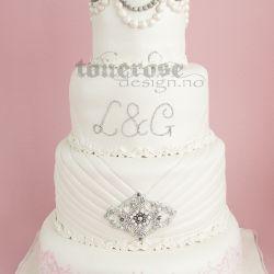 Elegant bryllupskake inspirert av kjolen // perler og roser