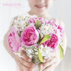 { plukke blomster i hagen }