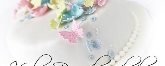 Vårlig bursdagskake med pynt i vakre pastellfarger