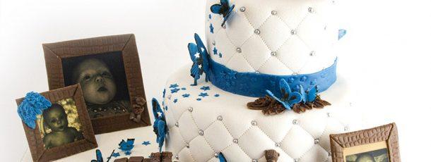 {Bildedryss} 2etg Dåpskake med stjerner, vinger og sommerfugler som tema – med modelert kaketopper