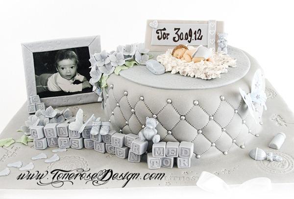Dåpskake grå og lyseblå - modelert marsipanpynt - spiselig bilde - marsipanbaby på skinnfell - Barnedåp
