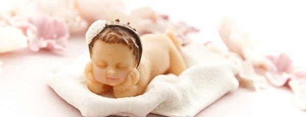 Gammelrosa babykake – kaketopper modelert etter skjønne nyfødtbildet