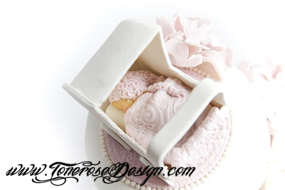 Barnedåp - lag din egen kakepynt - kaketopper - marsipanbaby i dukkevogn