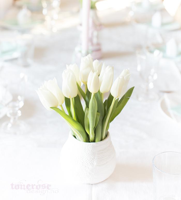 Barnedåp bordpynt - hvite blomster i vase