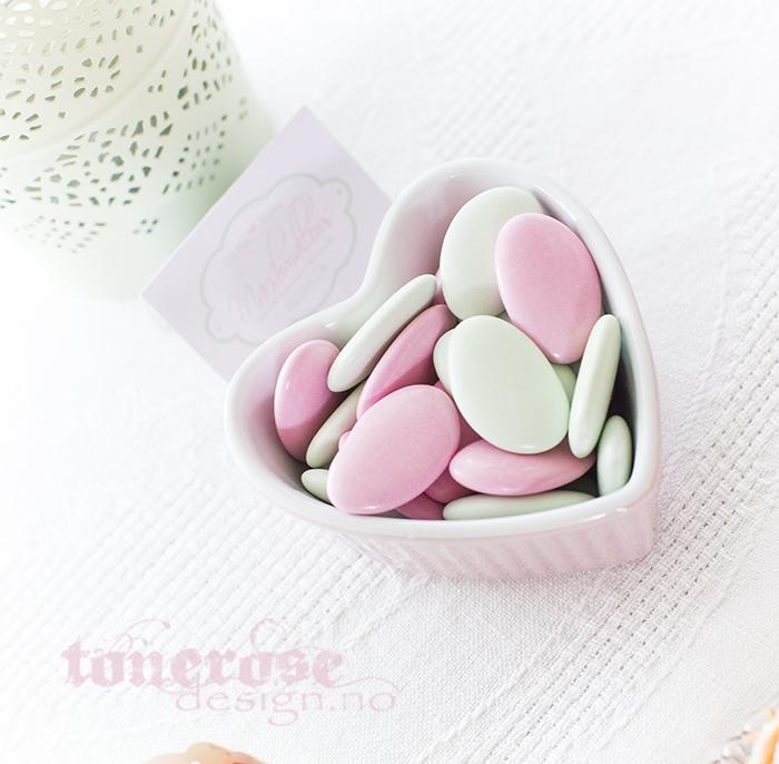 Mintgrønt og rosa godteri på kakebordet