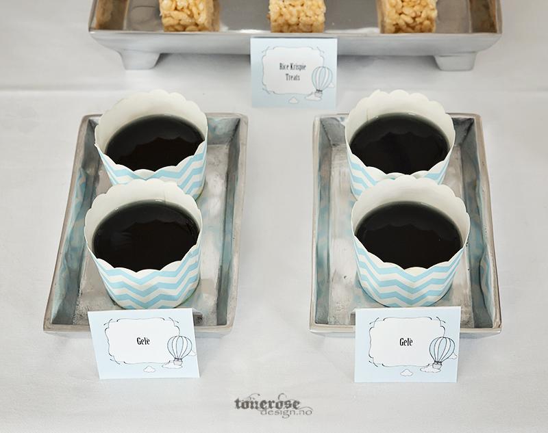 Blå gele i cupcakeformer, blå chevron striper, barnedåp