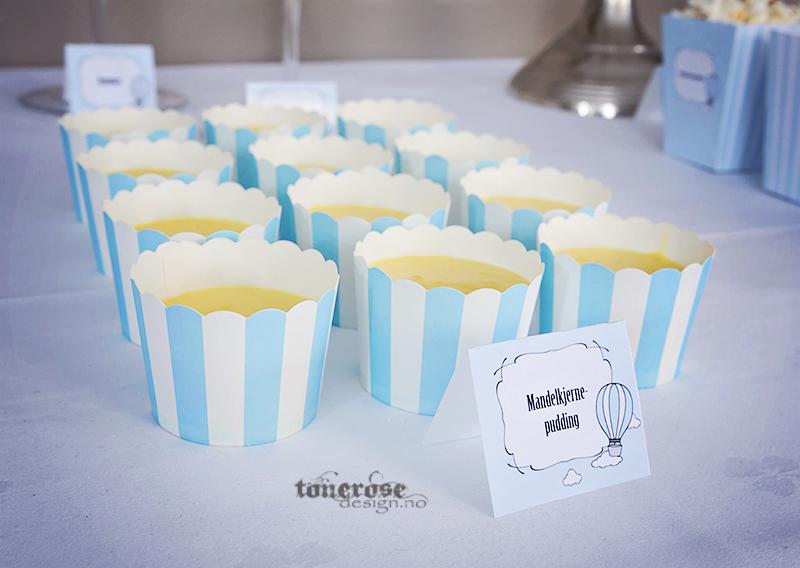 Mandelkjernepudding i cupcakeformer - perfekt på dessertbordet. Barnedåp, lyseblå striper