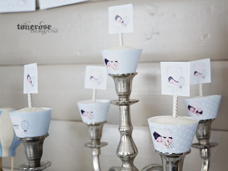Cupcakes med personlige cupcakewrappere og skilt. Lyseblått, skjønne til barnedåp!