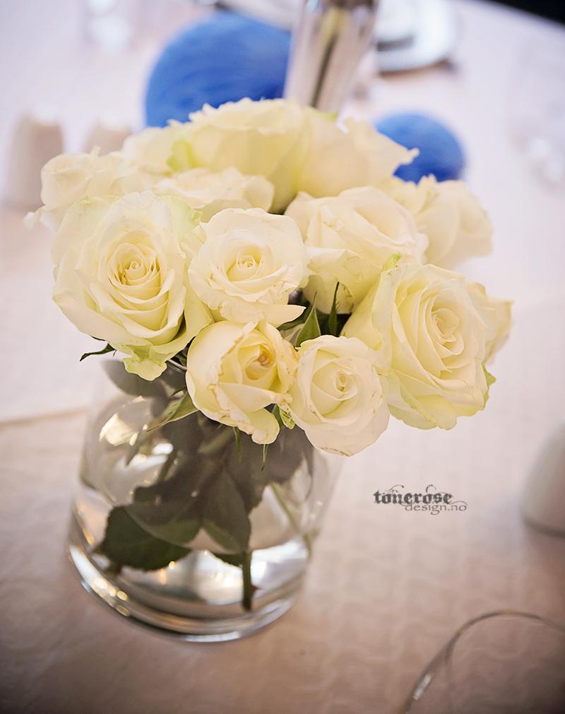 hvite roser bordpynt dåp