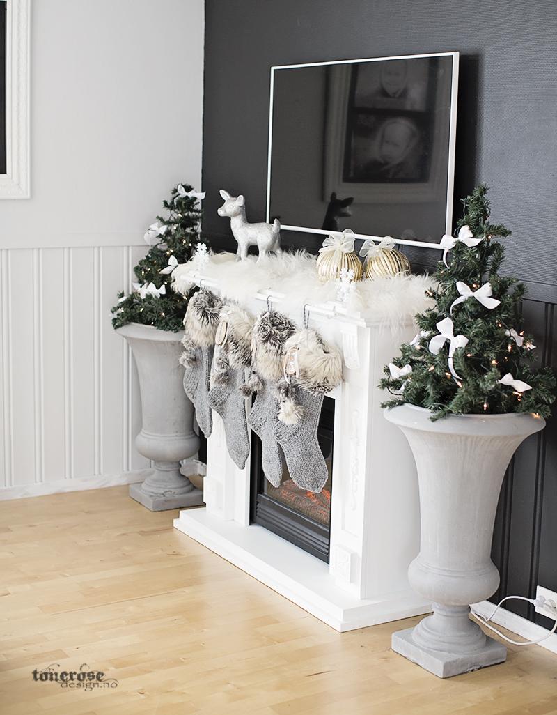 Julepyntet peis julestrømper håndlagede hvitt grått brunt sølv glitter KL5A5982