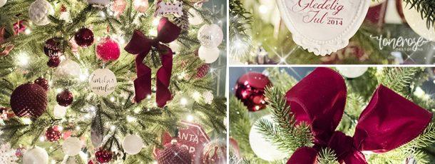 { Tradisjonelt juletre i rødt og hvitt }